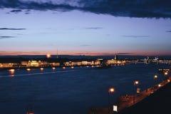 Paysage urbain de pont célèbre de palais du ` s de St Petersburg à travers Neva River la nuit Photos libres de droits