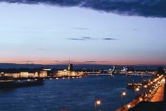 Paysage urbain de pont célèbre de palais du ` s de St Petersburg à travers Neva River la nuit Photo stock