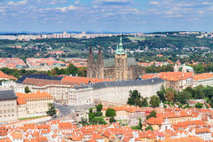 Paysage urbain de Prague avec la cathédrale de Vitus Photographie stock libre de droits