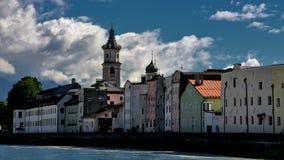 Paysage urbain de Rattenberg à la rivière d'auberge photographie stock