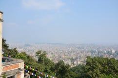 Paysage urbain de regard de Katmandou Népal à sur le temple de Swayambhunath Image libre de droits