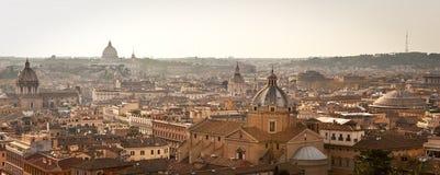 Paysage urbain de Rome dans le crépuscule. Image libre de droits