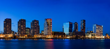 Paysage urbain de Rotterdam au crépuscule Photographie stock libre de droits