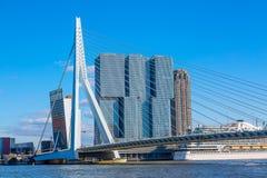 Paysage urbain de Rotterdam avec le pont d'Erasmus et le bateau, Pays-Bas Jour d'été ensoleillé photos stock