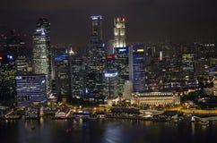 Paysage urbain de Singapour la nuit Photos libres de droits