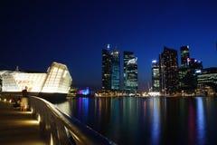 Paysage urbain de Singapour la nuit, Singapour - 30 juillet 2011 Images stock