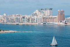 Paysage urbain de Sliema avec l'océan à Malte images stock