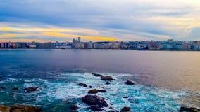 Paysage urbain de soirée de La Coruna, Galicie, Espagne photo stock