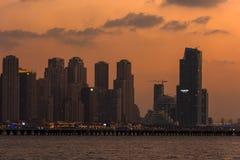 Paysage urbain de soirée de la ville de Dubaï, EAU Photographie stock