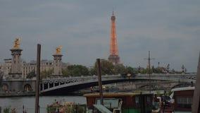 Paysage urbain de soirée de Paris avec Pont Alexandre III, rivière et Tour Eiffel banque de vidéos