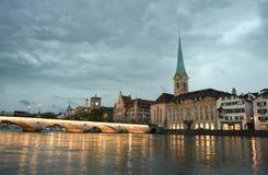 Paysage urbain de soirée de Zurich avec l'église de Fraumunster, Suisse photo libre de droits