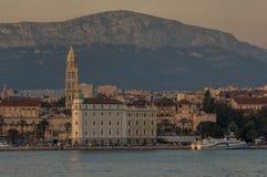 Paysage urbain de SPLIT/CROATIA de fente au crépuscule images libres de droits