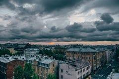 Paysage urbain de St Petersburg dans des tons déprimés, vue panoramique de toit Images stock