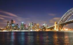 Paysage urbain de Sydney la nuit, réflexion sur le port photos stock