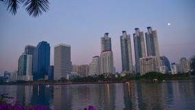 Paysage urbain de Timelapse avec dans la capitale panoramique de temps crépusculaire avec le mode de vie de ville banque de vidéos
