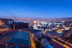 Paysage urbain de Valparaiso la nuit photographie stock
