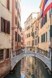 Paysage urbain de Venise, canal étroit de l'eau, église de campanile sur le fond et bâtiments traditionnels l'Italie, l'Europe Image stock