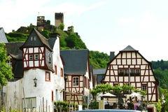 Paysage urbain de village Beilstein à la rivière de la Moselle photographie stock libre de droits
