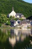 Paysage urbain de village Beilstein à la rivière de la Moselle photo stock