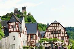 Paysage urbain de village Beilstein à la rivière de la Moselle image stock