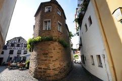 Paysage urbain de village Beilstein à la rivière de la Moselle en Allemagne photos libres de droits