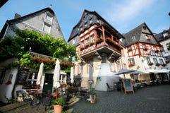 Paysage urbain de village Beilstein à la rivière de la Moselle en Allemagne photo libre de droits