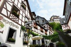 Paysage urbain de village Beilstein à la rivière de la Moselle en Allemagne photos stock
