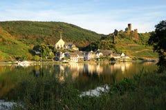 Paysage urbain de village Beilstein à la rivière de la Moselle en Allemagne images libres de droits