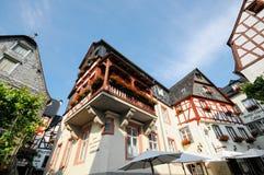 Paysage urbain de village Beilstein à la rivière de la Moselle en Allemagne photo stock