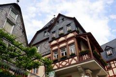 Paysage urbain de village Beilstein à la rivière de la Moselle en Allemagne image stock