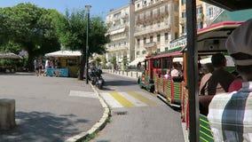Paysage urbain de ville Grèce de Corfou avec les maisons et les rues traditionnelles Conduisant avec un train de ville autour, pa clips vidéos