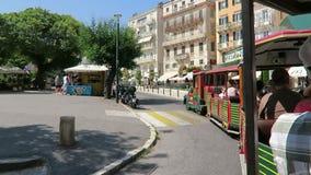 Paysage urbain de ville Grèce de Corfou avec les maisons et les rues traditionnelles Conduisant avec un train de ville autour, pa banque de vidéos