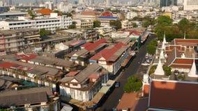 Paysage urbain de ville orientale moderne Vue des toits de maisons sur des rues de Bangkok majestueux de temple d'or de b?ti pend banque de vidéos