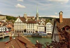 Paysage urbain de Zurich avec l'église de Predigerkirche et le bâtiment principal de images stock
