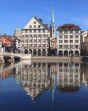 Paysage urbain de Zurich avec la tour de bibliothèque centrale Photographie stock