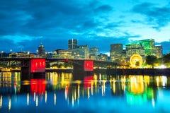 Paysage urbain du centre de Portland à la nuit image stock