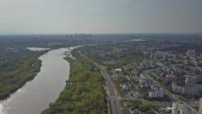 Paysage urbain du fleuve Vistule et de Varsovie un jour ensoleillé Pologne banque de vidéos