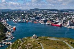 Paysage urbain du port de St John de colline de signal photos stock