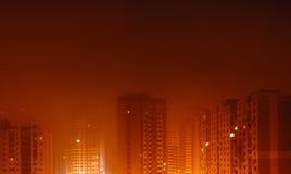 Paysage urbain en brouillard orange, nuit, extérieure Photo libre de droits