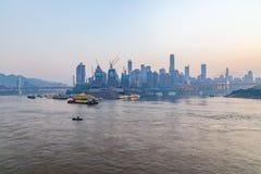 Paysage urbain et horizon de Chongqing la nuit Photographie stock libre de droits