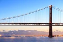 Paysage urbain et les 25 De Abril Bridge de Lisbonne Photographie stock libre de droits