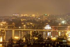 Paysage urbain et ponts de Prague au-dessus de la rivière de Vltava en hiver la nuit de château de Prague Photos stock