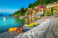 Paysage urbain et port spectaculaires avec des kayaks, des canoës et des bateaux, Italie photos libres de droits