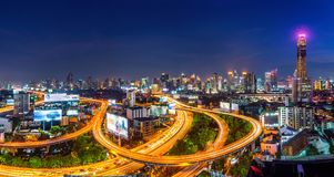 Paysage urbain et trafic la nuit à Bangkok, Thaïlande photos stock