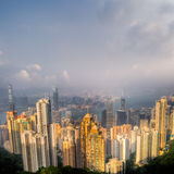 Paysage urbain excessif avec le gratte-ciel et le ciel bleu Images stock