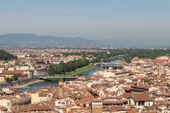Paysage urbain florentin avec les toits, la rivière de l'Arno et les collines rouges sur le fond dans un jour ensoleillé, Toscane Images libres de droits