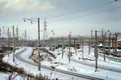 Paysage urbain industriel d'hiver avec des chemins de fer Photos libres de droits