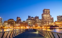 Paysage urbain lumineux de San Francisco la nuit de l'Embarcader photographie stock