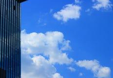 Paysage urbain moderne avec des nuages images stock