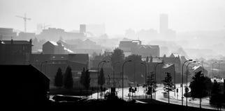 Paysage urbain monochrome de brouillard de forte pluie à Sheffield, R-U Photos stock